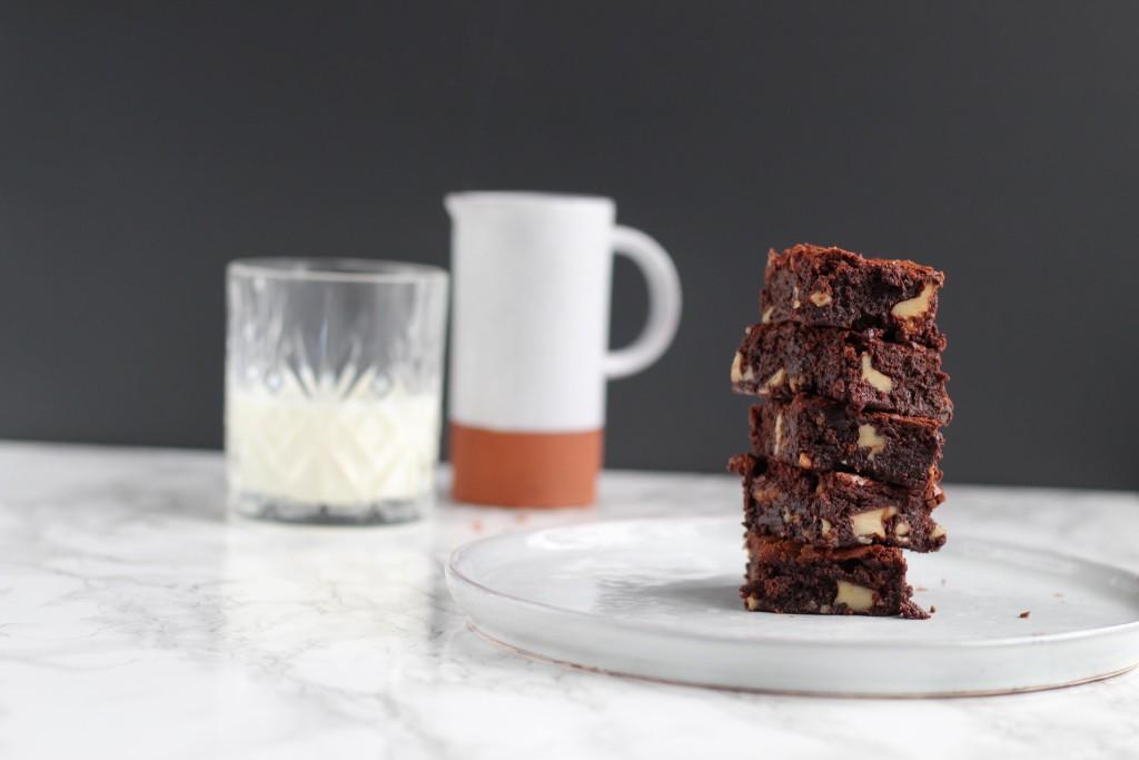 Brownie med chokolade og valnødder. Bysachse.dk 2